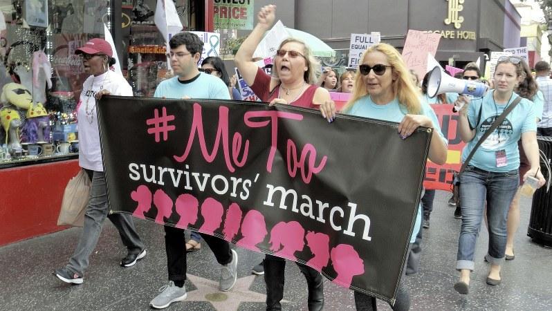 セクハラ被害を訴え、ハリウッド中心部を行進する人々=2017年11月12日、長野宏美撮影
