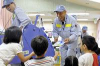 園児たちにごみの話をする「ふれあい指導班」のメンバー=東京都杉並区で2017年9月5日午前11時10分、成田有佳撮影