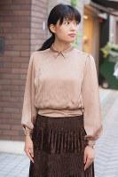 ベイクドピンクのシャツで落ち着いた雰囲気に=日本ファッション協会提供