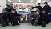 ラグビーW杯の対戦国などが浮かび上がるカウントダウンボードを製作している釜石商工高校工業クラブの生徒たち=釜石市大平町で