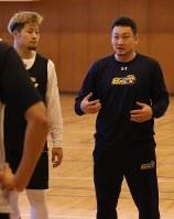 選手に指示を出す安斎竜三ヘッドコーチ(右)=宇都宮市内で