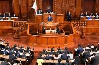 安倍晋三首相(中央)の所信表明演説が行われた衆院本会議=国会内で17日、川田雅浩撮影