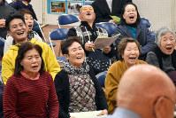 吸盤綱引き全国大会で対戦を楽しむ観客たち=青森県鶴田町で2017年11月18日午後3時53分、北山夏帆撮影