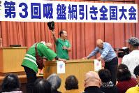 吸盤綱引き全国大会で、相手の吸盤を外した青コーナーの参加者に軍配が上がった=青森県鶴田町で2017年11月18日午後3時56分、北山夏帆撮影