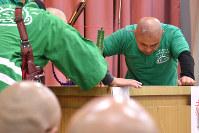 吸盤綱引き全国大会で頭に吸盤をつけて引き合う参加者=青森県鶴田町で2017年11月18日午後3時26分、北山夏帆撮影