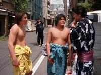 けいこ後に談笑する安治川部屋の安馬(左)と安虎(中央)=2001年撮影