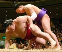 豪風を送り倒しで破り勝ち越しまであと1勝とした安馬(上)=2005年5月18日、竹内幹写す