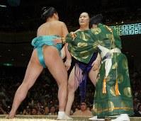 行司が割って入り、水入りを告げられた安馬(左)と時天空、6分42秒の大相撲だった=東京・両国国技館で2005年9月24日、松田嘉徳写す