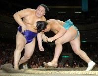 水入りの末、寄り切りで時天空を破った安馬(右)、6分42秒の大相撲だった=東京・両国国技館で2005年9月24日、松田嘉徳写す