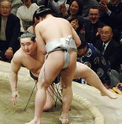 安馬に上手投げで敗れ金星を献上した朝青龍(奥)=東京・両国国技館で2006年1月20日、松田嘉徳写す