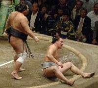 栃東の突き落としに敗れた安馬(右)=両国国技館で2006年9月23日、松田嘉徳写す