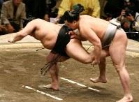 安馬の小褄取りに敗れた豊ノ島(左)=東京・両国国技館で2007年1月20日、松田嘉徳写す
