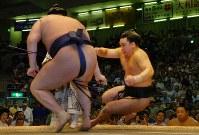 白鵬に腰くだけで敗れた安馬(右)=愛知県体育館で2007年7月18日、大竹禎之撮影