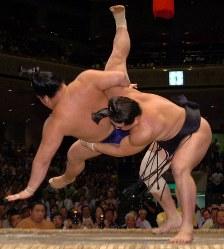 豪栄道(左)を送りつり落としで破った安馬=東京・両国国技館で2007年9月20日、丸山博撮影