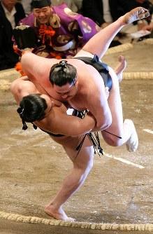 安馬(下)が若ノ鵬をうっちゃりで降す=2008年5月18日、岩下幸一郎撮影