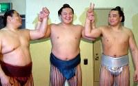三賞を受賞し喜ぶモンゴル出身の(左から)旭鷲山、白鵬、安馬=大阪府立体育会館で2006年3月26日、幾島健太郎写す