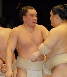 けいこ総見にのぞむ安馬(左)=東京・両国国技館で2007年5月5日午前、米田堅持撮影