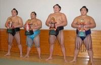 三賞を受賞した(右から)豪栄道、旭天鵬、豊ノ島、安馬=東京・両国国技館で2007年9月23日、三浦博之撮影