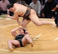 優勝決定戦で安馬を上手投げで破った白鵬=福岡国際センターで2008年11月23日、飯ケ浜誠司撮影