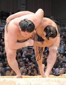 安馬(右)が下手投げで白鵬を破り2敗で並ぶ=福岡国際センターで2008年11月20日、徳野仁子撮影