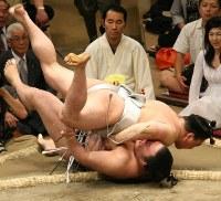 日馬富士(上)が豪栄道を上手投げで降す=両国国技館で2009年5月13日、山本晋撮影
