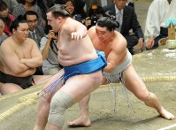 送り出しで把瑠都を降した日馬富士(右)=両国国技館で2009年5月21日、須賀川理撮影