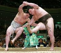 日馬富士(左)をすそ払いで降した白鵬=両国国技館で2009年5月22日、小出洋平撮影