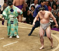 白鵬に敗れた日馬富士(右)=両国国技館で2009年5月22日、梅田麻衣子撮影