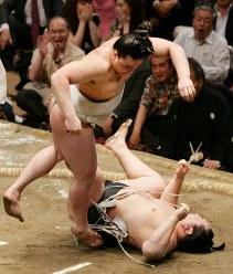 朝青龍(下)を外掛けで破った日馬富士=両国国技館で2009年5月23日、梅田麻衣子撮影