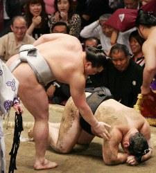 日馬富士に敗れて土俵にうずくまる朝青龍(右)=両国国技館で2009年5月23日、梅田麻衣子撮影