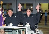【大相撲夏場所千秋楽】初優勝を決め、優勝パレードで笑顔で手を振る日馬富士(右)=両国国技館で2009年5月24日、手塚耕一郎撮影