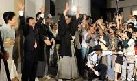 伊勢ケ浜部屋に到着し、ファンに囲まれ万歳する日馬富士(中央)=東京都江東区で2009年5月24日午後7時10分、馬場理沙撮影
