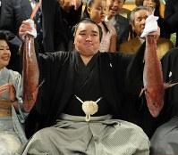 初優勝し、鯛を両手に笑顔の日馬富士(中央)=東京都江東区の伊勢ケ浜部屋で2009年5月24日午後7時13分、馬場理沙撮影
