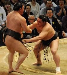 白鵬(左)を寄り切りで破り、全勝優勝を果たした日馬富士=愛知県体育館で2012年7月22日、大竹禎之撮影
