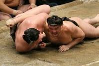 死力を尽くした相撲の果てに下手投げで白鵬(左)を破った日馬富士=両国国技館で2012年9月23日、梅村直承撮影
