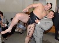 日馬富士を抱き上げる、元朝青龍のダグワドルジ氏=両国国技館で2012年9月23日、手塚耕一郎撮影