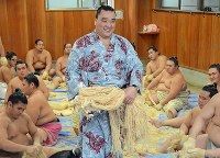 横綱に使う麻を手に取る日馬富士(中央)=東京都江東区の伊勢ケ浜部屋で2012年9月25日午後2時7分、小林悠太撮影