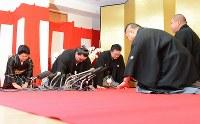 横綱昇進の伝達を受ける日馬富士(左から2人目)=東京都江東区の伊勢ケ浜部屋で2012年9月26日午前9時25分、丸山博撮影
