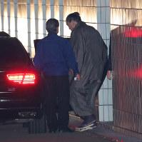 両国国技館を出る日馬富士=東京都墨田区で2017年11月17日午後9時16分、長谷川直亮撮影