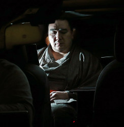 鳥取県警の事情聴取を終え両国国技館を出る日馬富士関=東京都墨田区で2017年11月17日午後9時25分、長谷川直亮撮影
