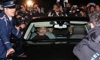 両国国技館を出る日馬富士関(後部座席左)=東京都墨田区で2017年11月17日午後9時22分、宮武祐希撮影