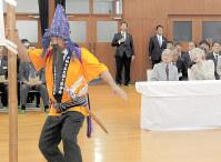 与論十五夜踊りを鑑賞される天皇、皇后両陛下=鹿児島県与論町で2017年11月17日、代表撮影