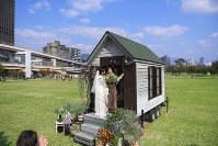 移動型の教会の鐘を鳴らす岩城侑樹さん(右)と珠季さん=神戸市中央区で、久保玲撮影