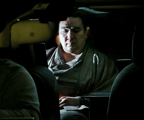 Yokozuna Harumafuji leaves the Ryogoku Kokugikan sumo hall in Sumida Ward, Tokyo, on Nov. 17, 2017, after being questioned by Tottori Prefectural Police. (Mainichi)