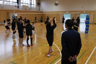In this file photo, a teacher coaches an afterschool club activity in Yokohama's Minami Ward on April 28, 2016. (Mainichi)