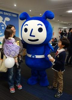 来場者とふれあう横浜アリーナのマスコット「ヨコアリくん」=横浜市港北区で