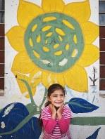 シリアから逃れてきた人々が暮らす、隣国イラクの難民キャンプ。少しでも穏やかに過ごせるようにと、ボランティアたちが壁に色とりどりの花を描いていった