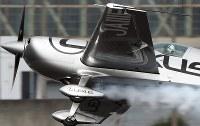 岐阜基地の航空祭でアクロバット飛行をするエアレースの室屋義秀選手岐阜県各務原市で2017年11月19日、兵藤公治撮影