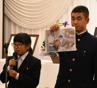 入院中の谷口さんを訪ねた思い出を語る高校生平和大使の2人=長崎市常盤町のホテルニュータンダで2017年11月18日、今野悠貴撮影