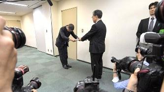 無資格検査問題について報告書を提出する日産自動車の西川広人社長(左)=国交省で2017年11月17日、手塚耕一郎撮影